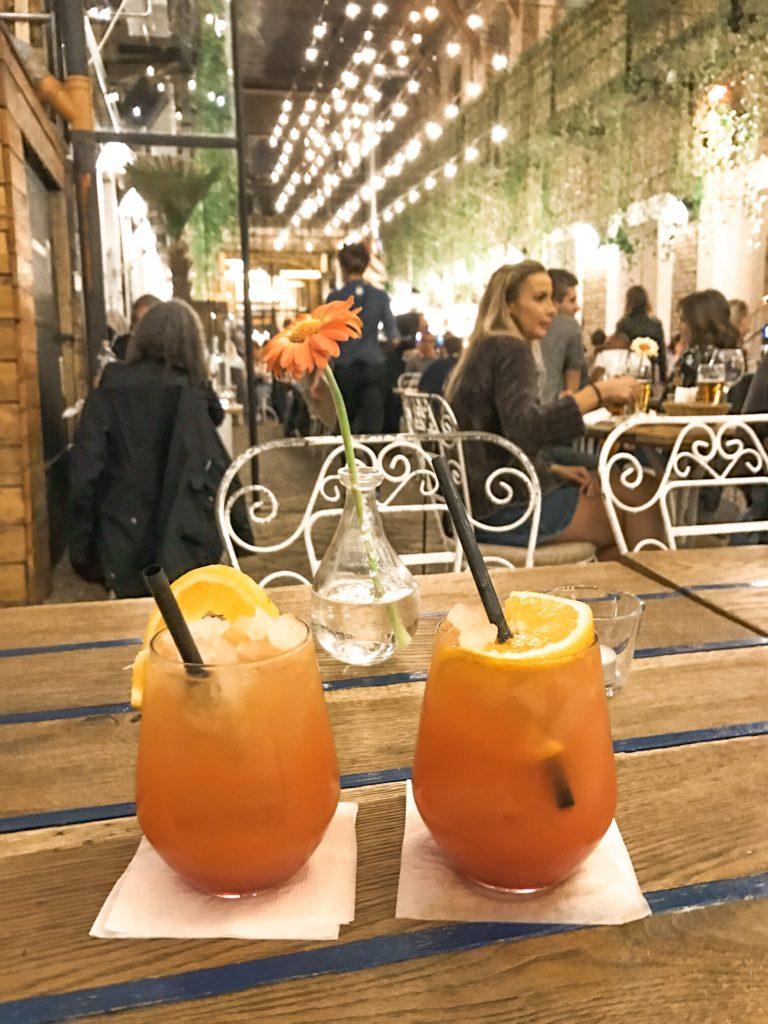 Drinks i Budapest på Mazel Tov